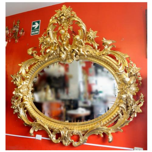 Espejo ovalado de madera dorada